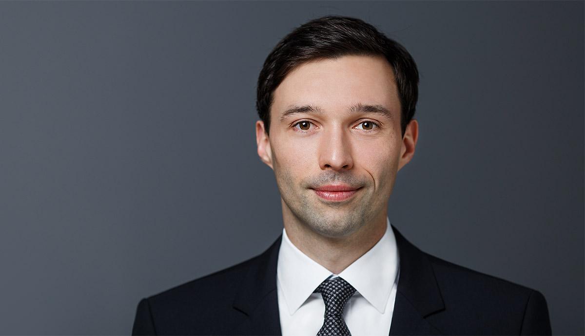 Wirtschaftsingenieur Bewerbungsfoto vor grauem Hintergrund